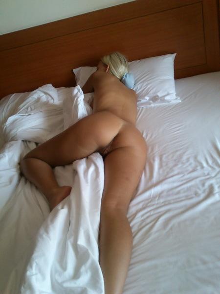 Дядя заснял свою сожительницу пока она спала
