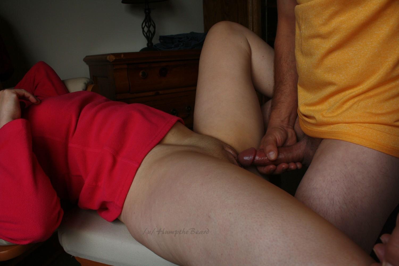 Замужняя жирдяйка показывает громадную жопу и заглатывает супругу
