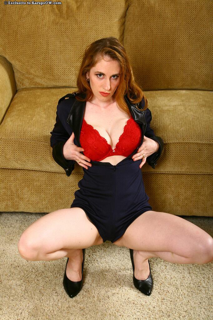 Длинноволосая тетка в белье красного цвета Natali Demore показывает свои большие дойки и розовую вагину