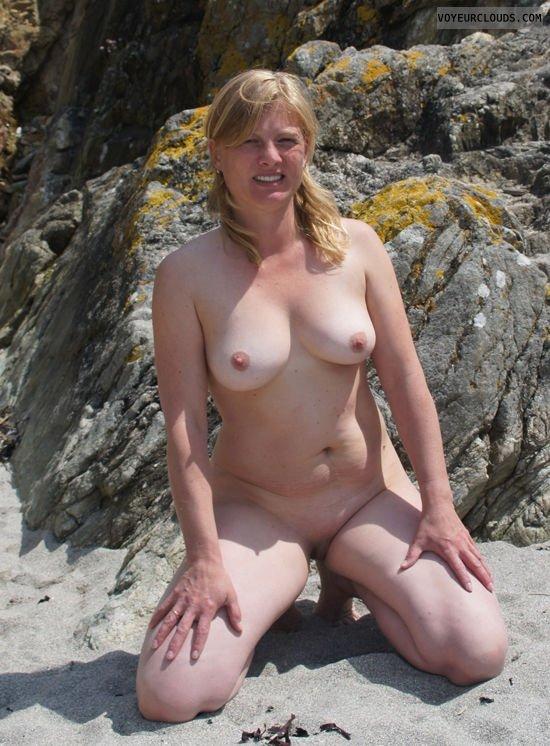 На берегу моря без одежды