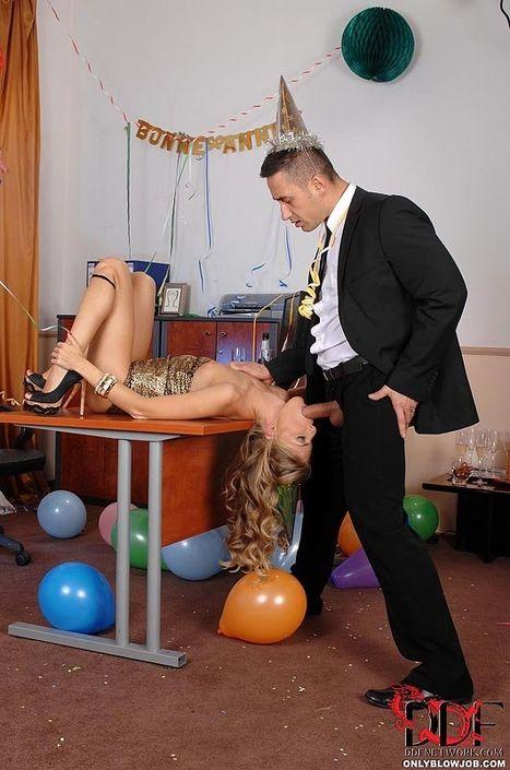 Мужичок в костюме вытащил болт из ширинки и наваливает за щеку пьяной секретарше