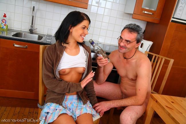 Пьяная малышка ебется с кавалером секс фото