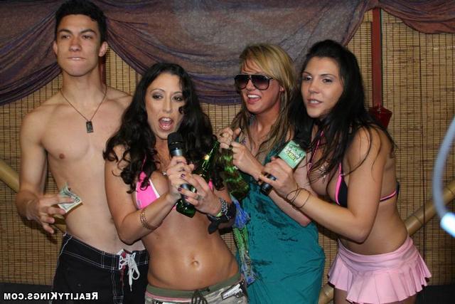 На вечеринке красавицы забавляются ххх фото