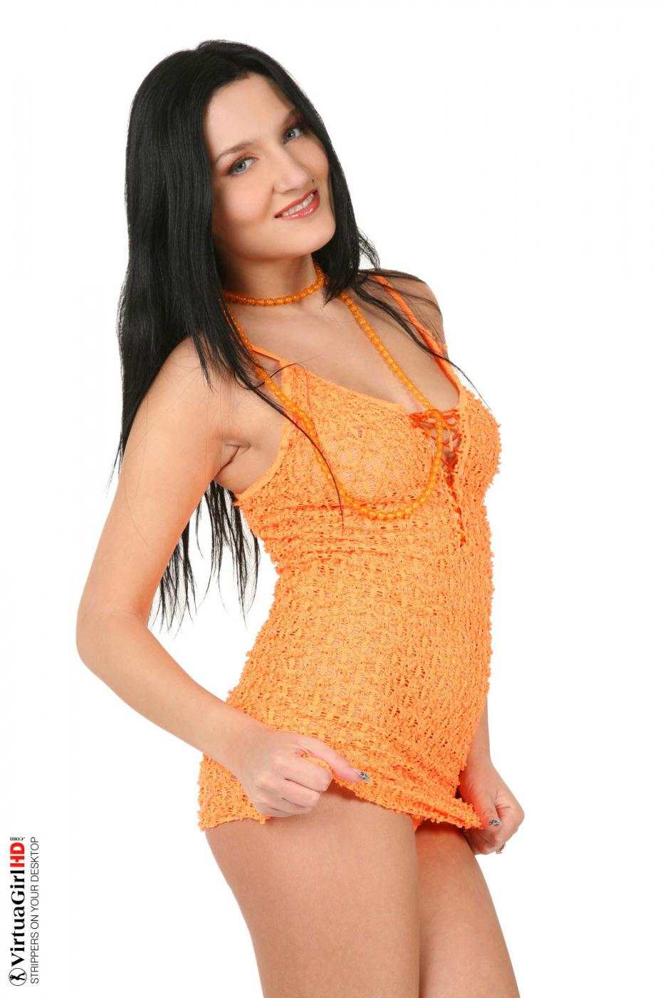 Исключительно симпатичные груди и пизда Tiffany Virtuagirl скрывается под ее желтым нарядом