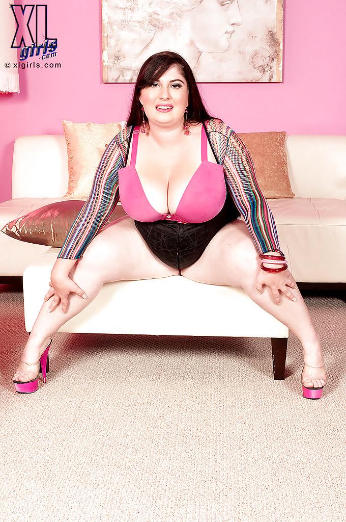 Одинокая жирдяйка показывает крупную грудь в зале