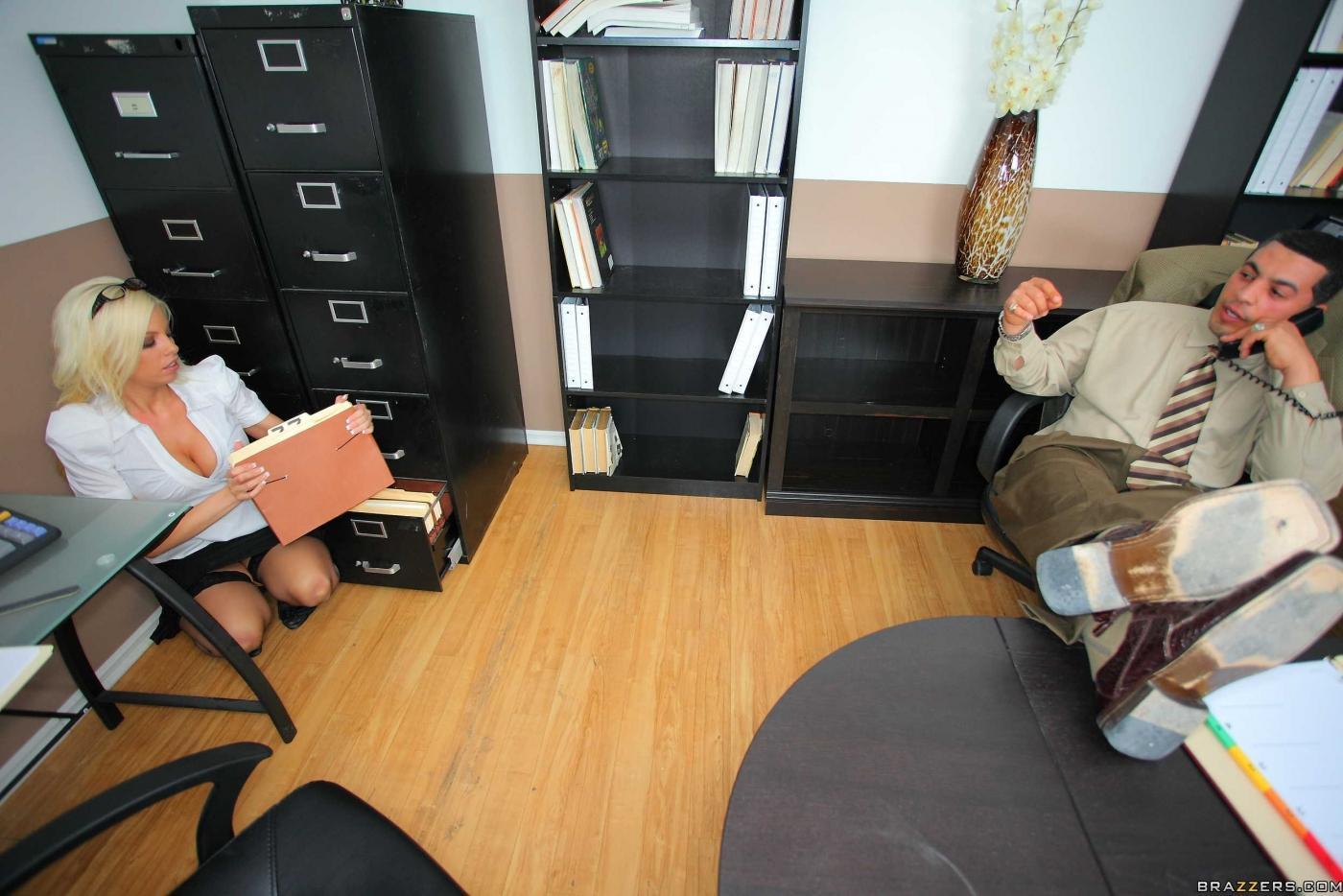 Сисястую блондинку-секретаршу Бритни Амбер в черных носках и туфлях на шпильках дерзко порют