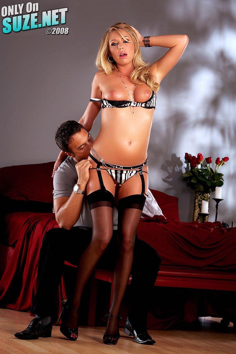 Неповторимая блондинка Бринн Тайлер в сексапильном нижнем  белье сочится соками из писи