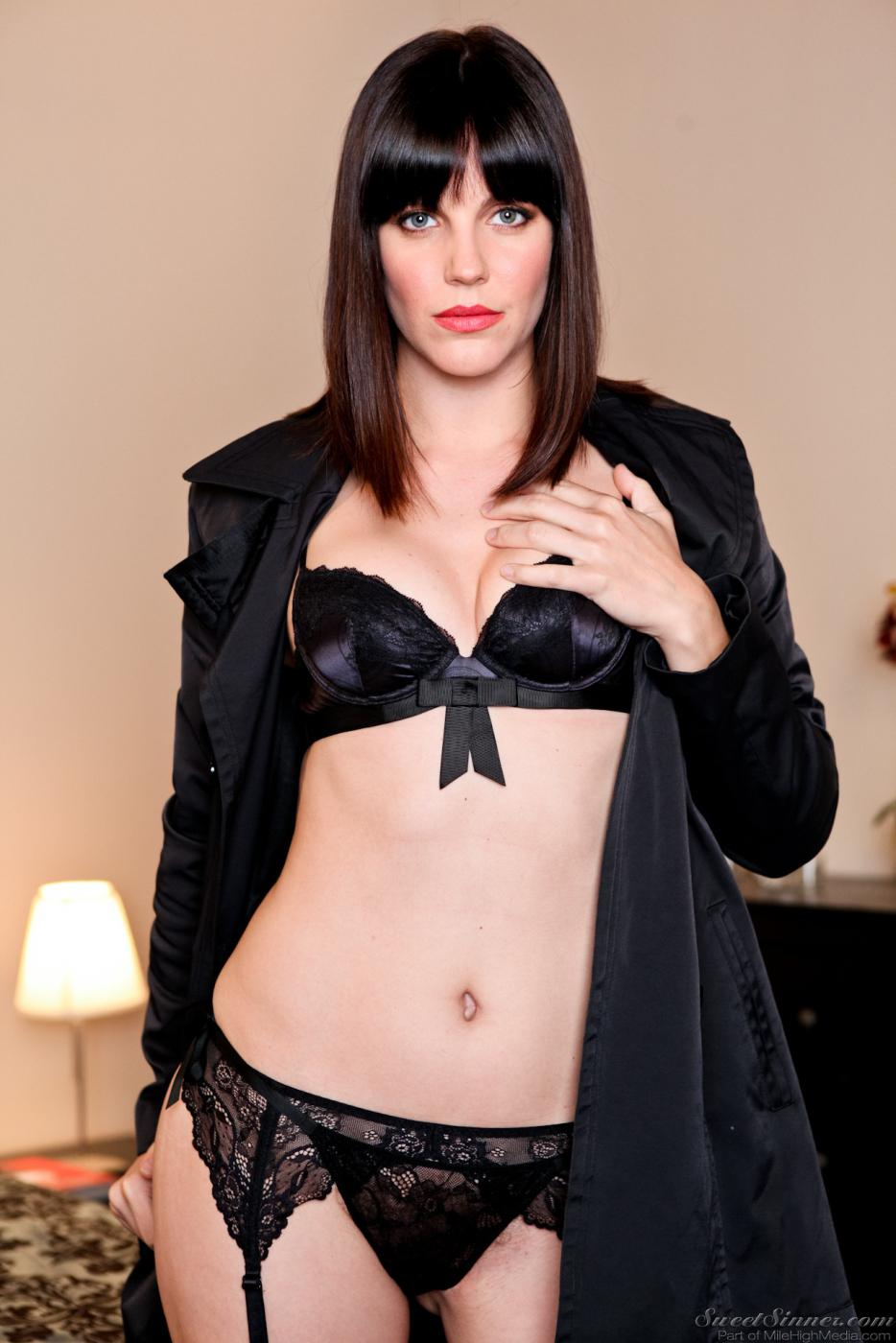 Идеальная модель с темными волосами Бобби Старр ничего не отдела на себя кроме черного нижнего белья под пальто