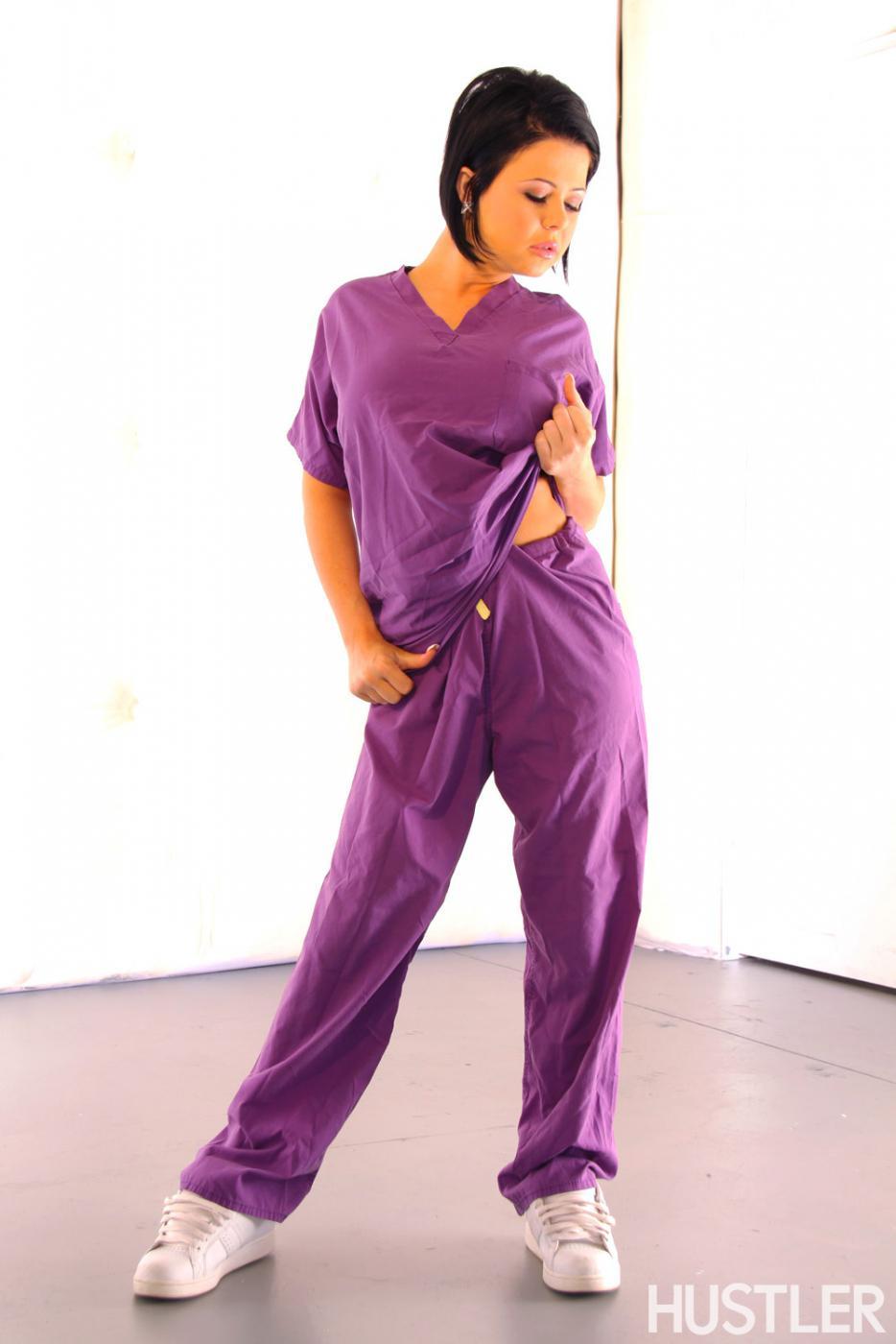 Титькастая темноволосая девка Loni Evans стаскивает фиолетовую униформу и черное нижнее белье
