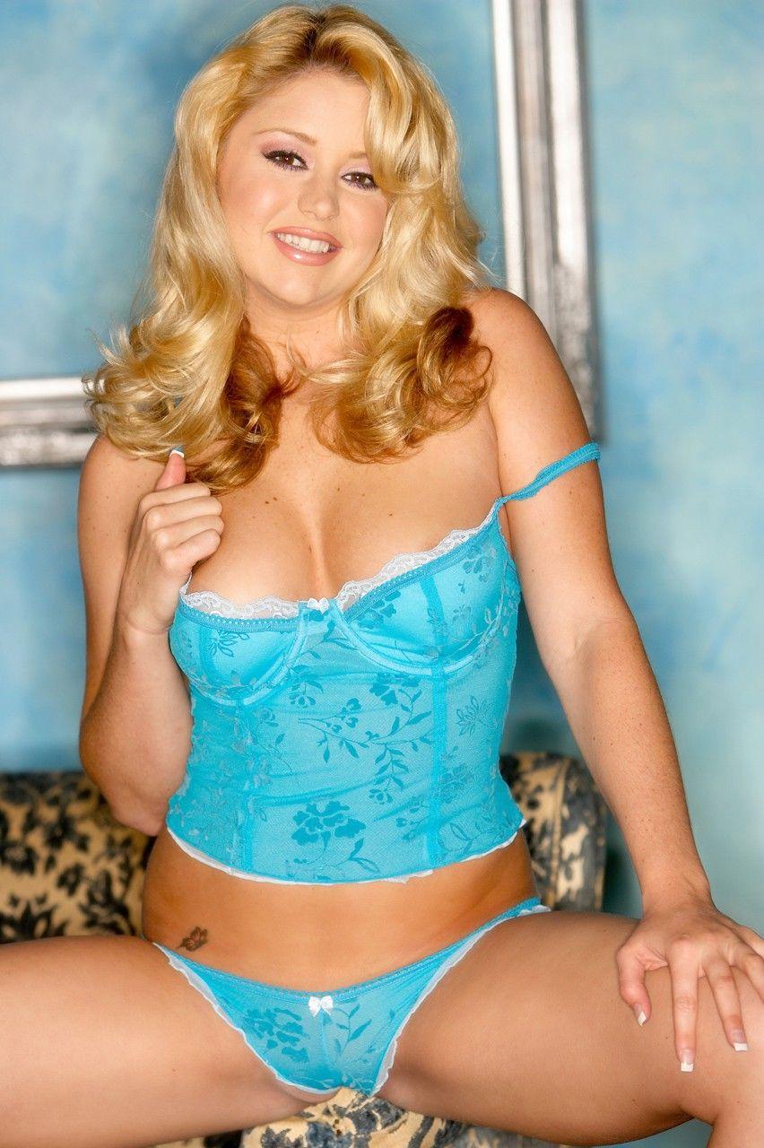 Яркая светлая порноактриса Holly Morgan в светло голубом нижнем белье выставляет буфера и вульву