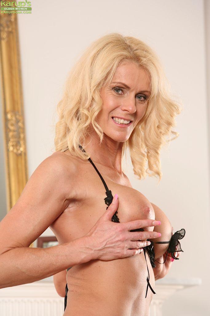 Большегрудая блондиночка Diana Hot избавляется от нижнего белья и трет секель так, чтобы мы видели