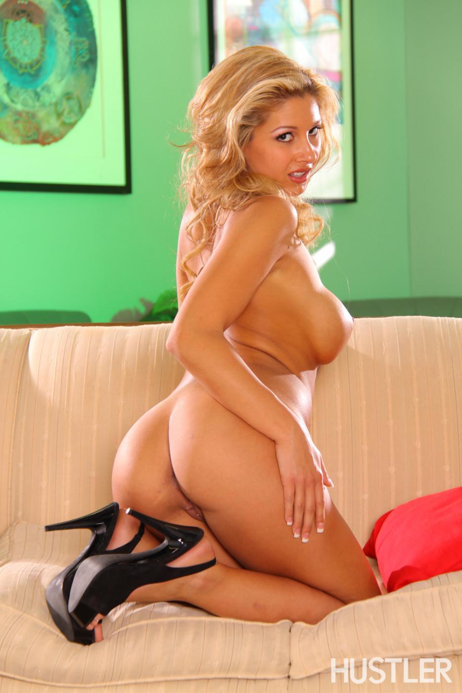 Чувственная светловолосая девушка Natalie Vegas с выдающимися округлыми грудями спускает сексуальное белье