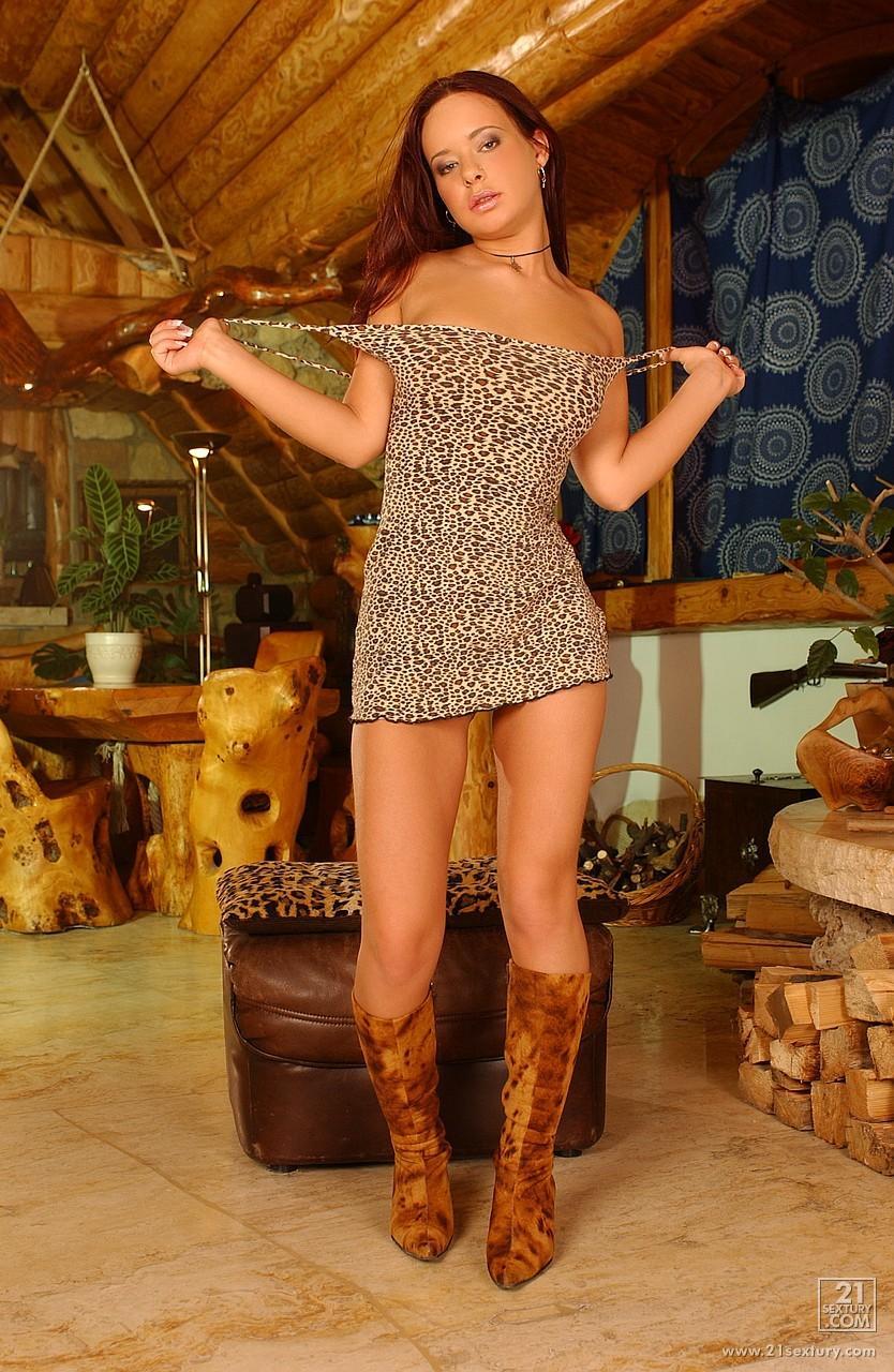 Приятная няшка в эротичных сапогах Mirella снимает платье и бикини